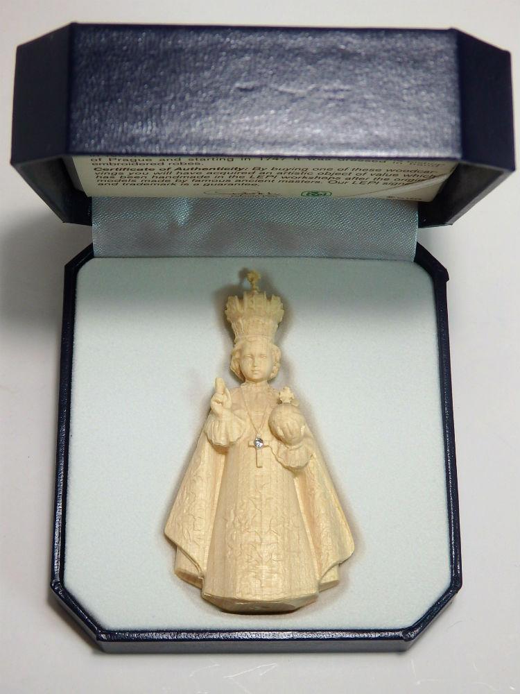 ミニ木彫り イエス キリスト像 プラハの幼子 自然木彫出しの白木仕上げで精巧 高級ケース入 新着 《レーピ》欧州教会使用創業100年 NEW ARRIVAL 白木仕上げ イタリア 高さ 7cm高級ケース入 保証書付 木彫りブランドミニ木彫り