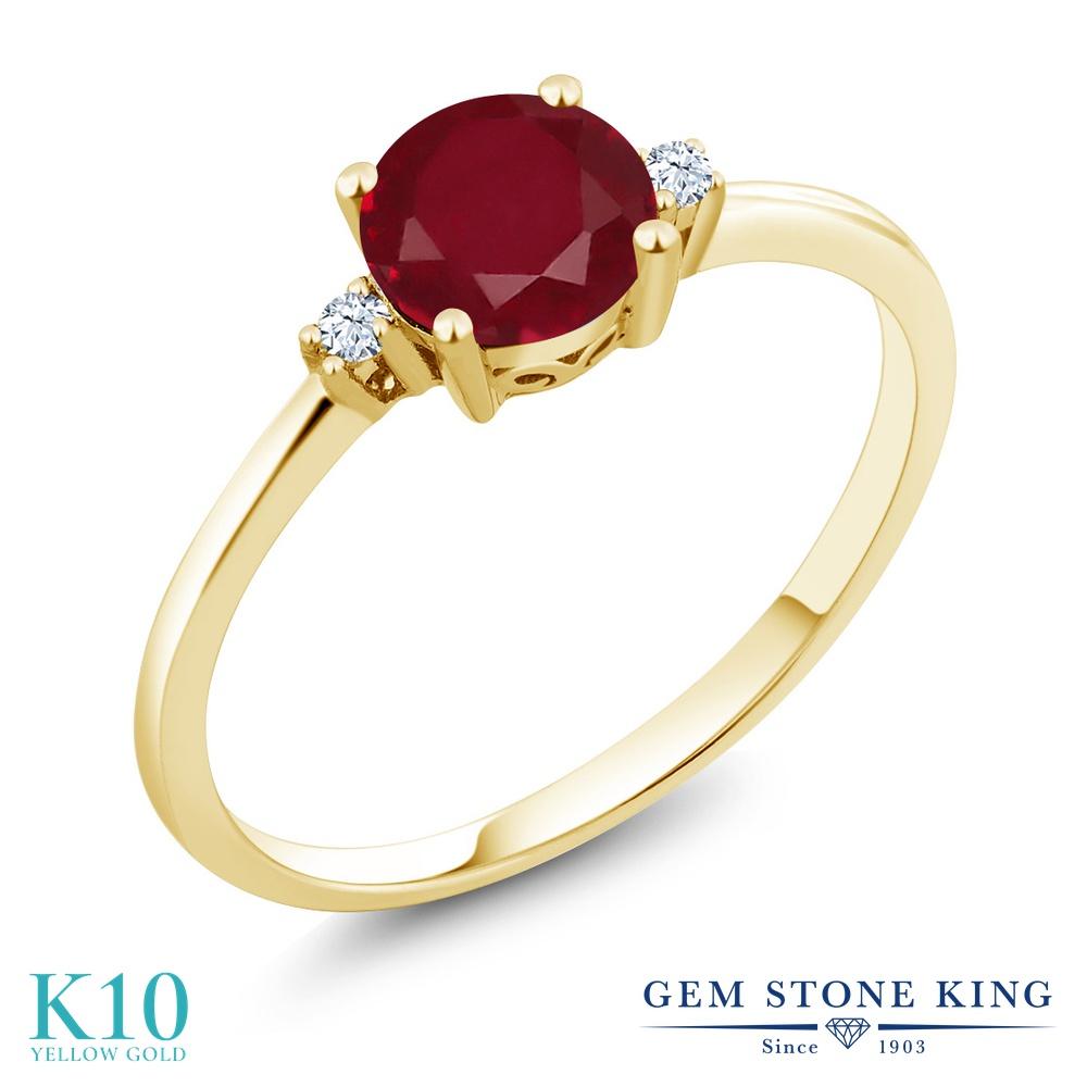 Gem Stone King 1.03カラット 天然 ルビー 合成ホワイトサファイア (ダイヤのような無色透明) 10金 イエローゴールド(K10) 指輪 リング レディース 大粒 一粒 シンプル ソリティア 天然石 7月 誕生石 金属アレルギー対応 婚約指輪 エンゲージリング