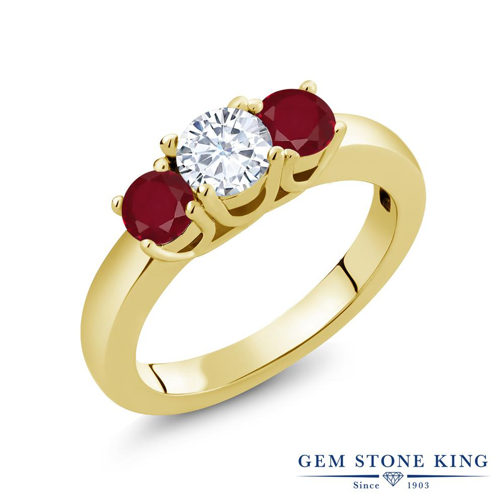 【10%OFF】 Gem Stone King 1.1カラット Forever Brilliant モアサナイト Charles & Colvard 天然 ルビー 指輪 リング レディース シルバー925 イエローゴールド 加工 モアッサナイト 小粒 シンプル スリーストーン クリスマスプレゼント 女性 彼女 妻 誕生日
