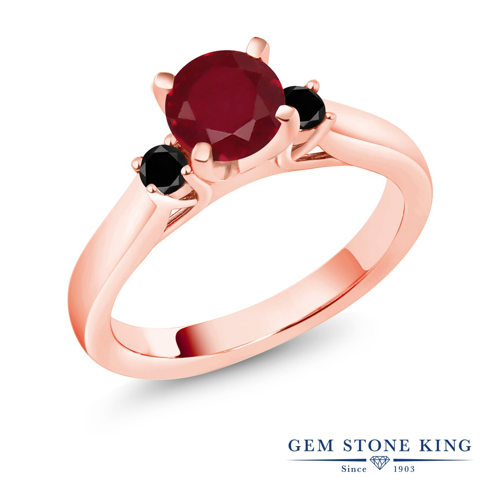 【10%OFF】 Gem Stone King 1.29カラット 天然 ルビー ブラックダイヤモンド 指輪 リング レディース シルバー925 ピンクゴールド 加工 大粒 スリーストーン シンプル 天然石 7月 誕生石 婚約指輪 エンゲージリング