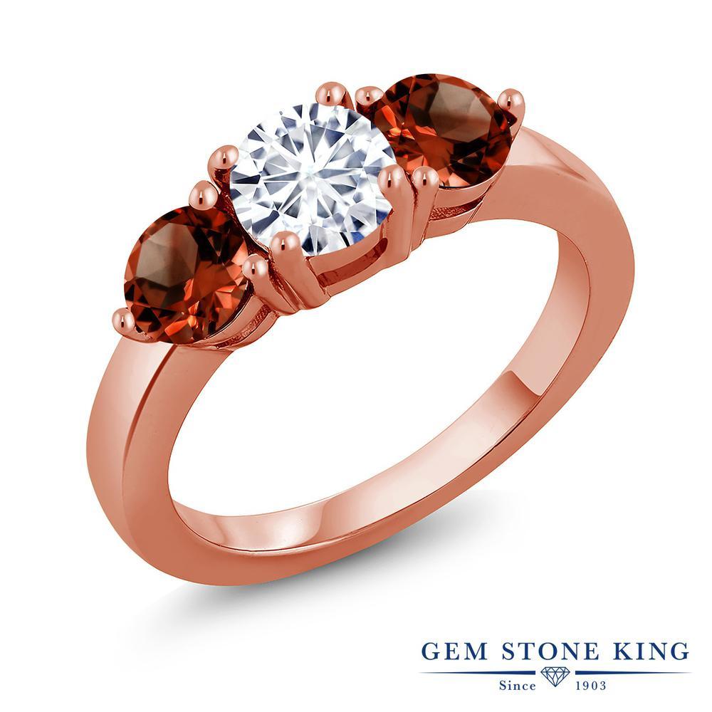 Gem Stone King 2.8カラット Forever Classic モアサナイト Charles & Colvard 天然 ガーネット シルバー925 ピンクゴールドコーティング 指輪 リング レディース モアッサナイト シンプル スリーストーン 金属アレルギー対応 誕生日プレゼント
