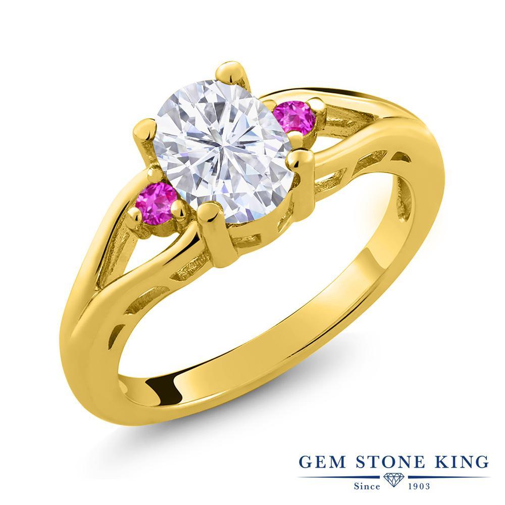 Gem Stone King 1.6カラット Forever Brilliant モアサナイト Charles & Colvard ピンクサファイア シルバー925 イエローゴールドコーティング 指輪 リング レディース モアッサナイト 大粒 シンプル スリーストーン 金属アレルギー対応 誕生日プレゼント