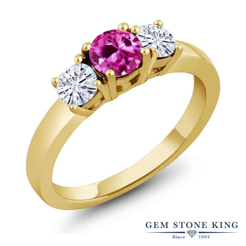 Gem Stone King 1.01カラット 合成ピンクサファイア モアサナイト Charles & Colvard シルバー925 イエローゴールドコーティング 指輪 リング レディース シンプル スリーストーン 金属アレルギー対応 誕生日プレゼント