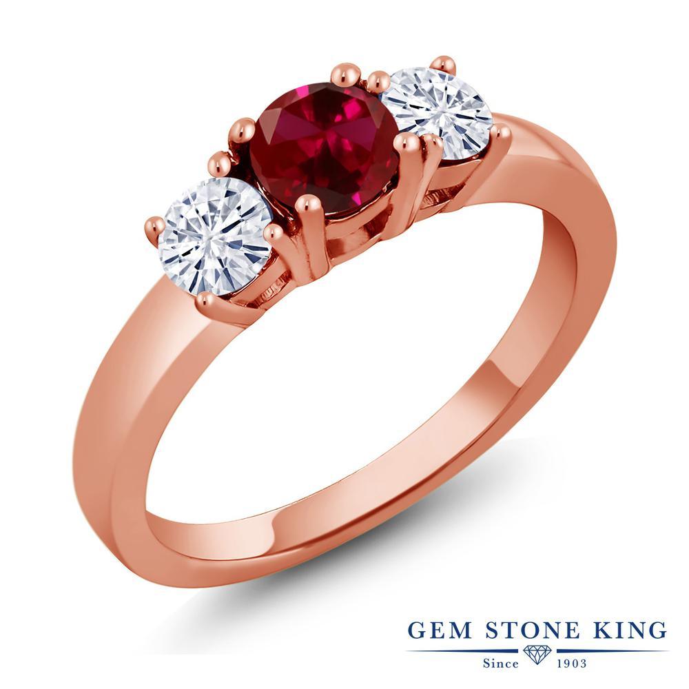 Gem Stone King 1.46カラット 合成ルビー モアサナイト Charles & Colvard シルバー925 ピンクゴールドコーティング 指輪 リング レディース 大粒 シンプル スリーストーン 金属アレルギー対応 誕生日プレゼント