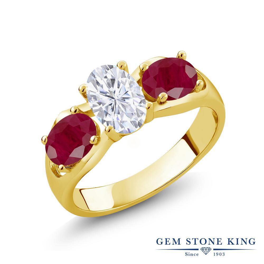 Gem Stone King 2.1カラット Forever Brilliant モアッサナイト Charles & Colvard 天然 ルビー シルバー925 イエローゴールドコーティング 指輪 リング レディース モアサナイト シンプル スリーストーン 金属アレルギー対応 誕生日プレゼント