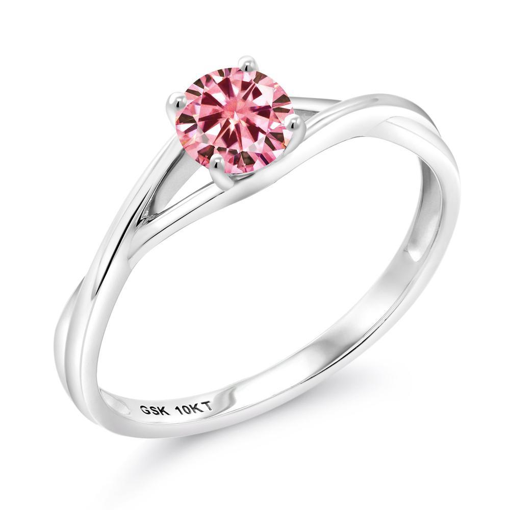 Gem Stone King 0.5カラット ピンク モアッサナイト Charles & Colvard 10金 ホワイトゴールド(K10) 指輪 リング レディース モアサナイト 小粒 一粒 シンプル バンド 金属アレルギー対応 婚約指輪 エンゲージリング