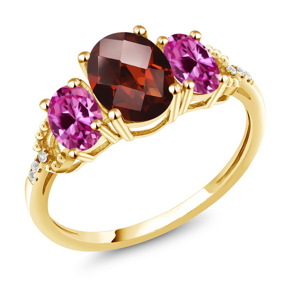Gem Stone King 2.58カラット 天然 ガーネット 合成ピンクサファイア 天然 ダイヤモンド 10金 イエローゴールド(K10) 指輪 リング レディース 大粒 スリーストーン 天然石 1月 誕生石 金属アレルギー対応 誕生日プレゼント