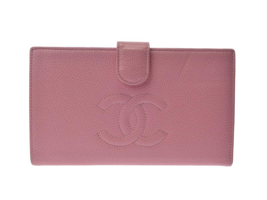 f57380bac138 シャネルの中でも人気の高い、高級感あるキャビアスキンを使用した二ツ折財布。 牛革に細かい粒状の隆起を型押しした丈夫で傷に強いことが特徴の素材です。