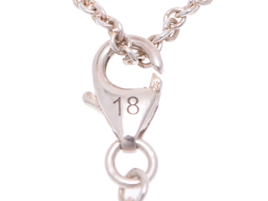 fd897be9e2c The silver bracelet with the round charm that the motif which symbolized  Gucci was performed engraving of. A phrase of