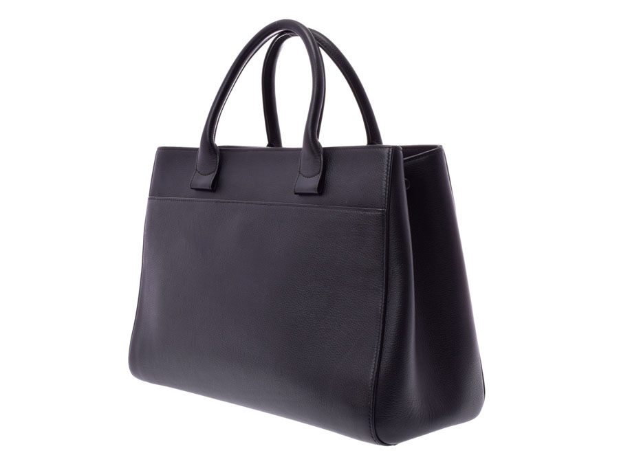 6ca4265167b The Chanel shopping bag that the appearance that Cutch re-とした is stylish is  refined. As for the chic black