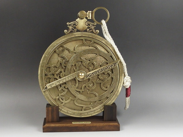 宇宙の神秘と古代のロマンを感じるインテリア ギフト アストロラーベ 古代天文機器 知的インテリア アンティーク 直径20cm 商品追加値下げ在庫復活 インテリア 小物 天体 観測 置物 コズミックフロント クリスマス ジョバンニローゼ 西洋風