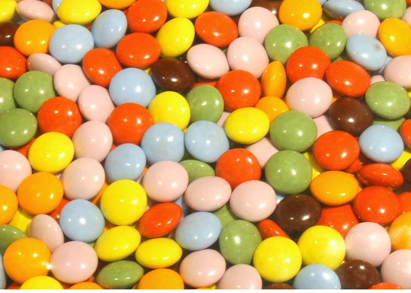 カラフルな可愛いチョコレートです。ケーキ作り、お菓子作りの材料に最適