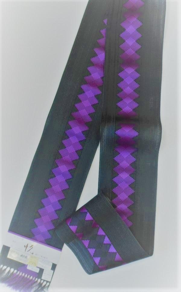 西村織物株式会社謹製織人轟みゆき 婦人ゆかた帯黒地に 一部で重なり合いながら菱の柄が続く粋な帯粗紗という比較的織り目の粗い織り方が涼を誘います。Yukao646485-023