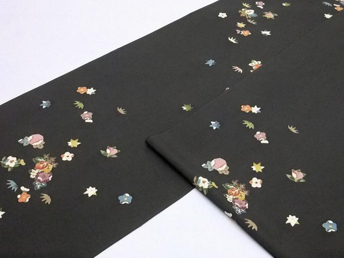 女流書家「矢萩 春恵」のお洒落な《正絹小紋》蝋(ロウ)色の縮緬地に