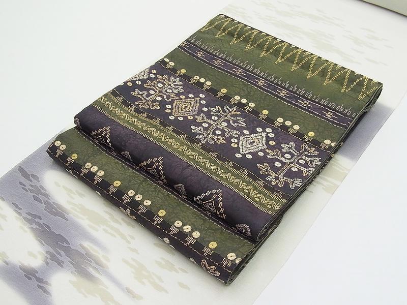 モダンでお洒落な《正絹袋帯》深~い緑と茄子色のローケツ染の様な地模様に…(#400000-A04)