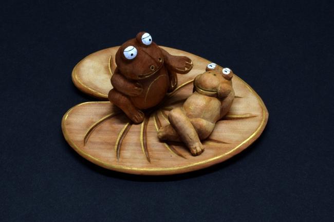 【縁起物】白檀製-葉の上のかえる木製品オブジェ 木製オブジェ 木製置物縁起物 お守り 木彫り 動物小物 お守り 縁起物 かえる 蛙 カエル