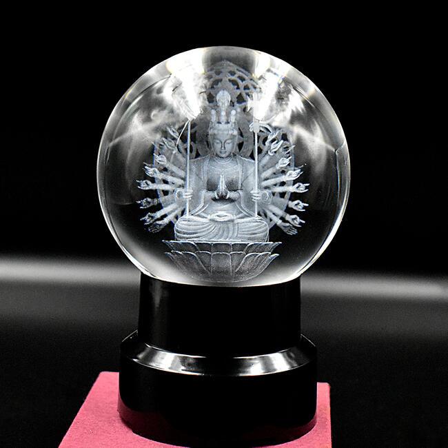 水晶で製作したありがたい千手観音様の置物です 台座のライトを灯すと幻想的な雰囲気になります 魔除け お守り 縁起物としてお飾りいただけます 縁起物 水晶-千手観音菩薩 水晶製 径9.5cm ライト点灯式の台座付き お守り品 縁起物品占い お土産 金運 観音像 プレゼント 家内安全 人気海外一番 水晶の仏様 観世音菩薩像 家庭運 水晶玉 観音様 新品未使用正規品 運気上昇 仕事運
