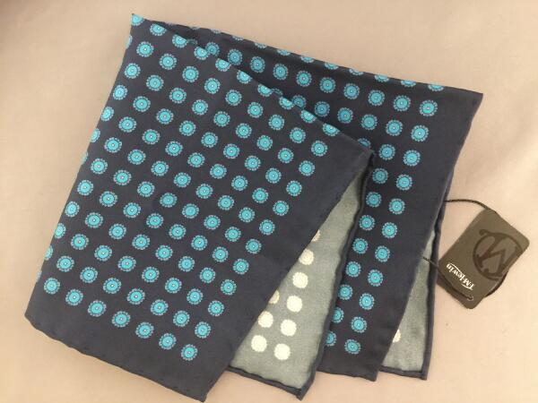 紳士用 メンズ 父の日 チーフ シルクチーフ Silk chief ポケットスクエアー 新商品 TVホールド クラッシュ 3ピークマナー ポケットチーフ シルク ティーエムルーイン Navy 英国 ネイビー フーラード TMLewin ブルー 濃紺 C256 Size33.5x34cm 返品不可 青 Blue