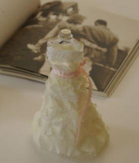 ウエディングドレスを着たお人形 ピンクリボン プリザーブドフラワー ギフト【花恭】【母の日】【ギフト】【バースデー】