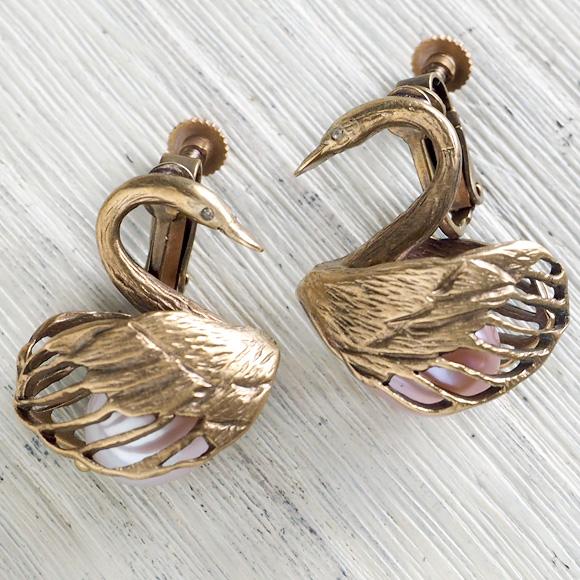 sasakihitomi(ササキヒトミ) スワンのイヤリング 真鍮&ピンクパール 2個セット レディース [No-070B-E] アクセサリー作家・佐々木ひとみ 手作りイヤーアクセサリー・ハンドメイドアクセサリー 白鳥 SWAN アンティーク調 耳飾り ブラス シンプル 日本製 国産