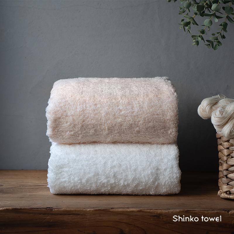 毎日使うタオルだからこそ 最高の拭き心地を感じてほしい 在庫限り 人気 おすすめ 手に取ってわかる ふっくらやわらかくて軽いタオル 甘織りの製品で洗濯後の乾きも早いのが特長です え~やんバスタオル2色組 桜色 ふるさと納税 おぅ ホワイト