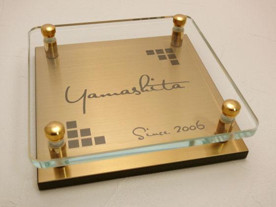 表札 戸建 ガラス ゴールドステンレス メタル彫りタイプ 正方形 150角 二世帯可 文字色 書体 レイアウト変更可 玄関 門柱 モダン かっこいい