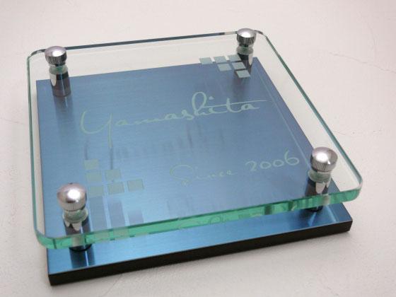 表札 戸建 ガラス プラチナブルーステンレス ガラス彫りタイプ 正方形 150角 二世帯可 書体 レイアウト変更可 玄関 門柱 モダン かっこいい