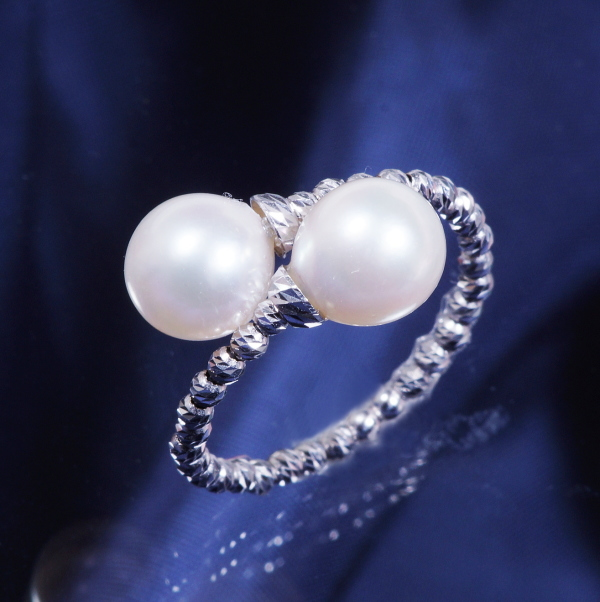 ギフトおすすめ!18金ホワイトゴールド あこや真珠デザインリング (形状記憶機能付き)【Sサイズ】