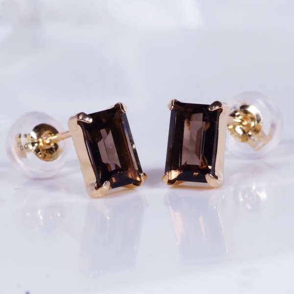 シャープな輝きで人気のスクエアカット 長方形の宝石の素敵なピアス新登場 18金 スモーキークォーツ スタッドピアス 直営限定アウトレット 長方形 計1カラット レクタンブル 驚きの価格が実現 ブラウン スクエア