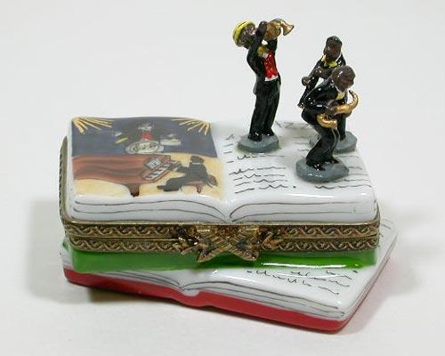 『リモージュボックス「本(ジャズ)」』フランスリモージュ製Limoges France、手描きであることPeint Mainと表記されています。