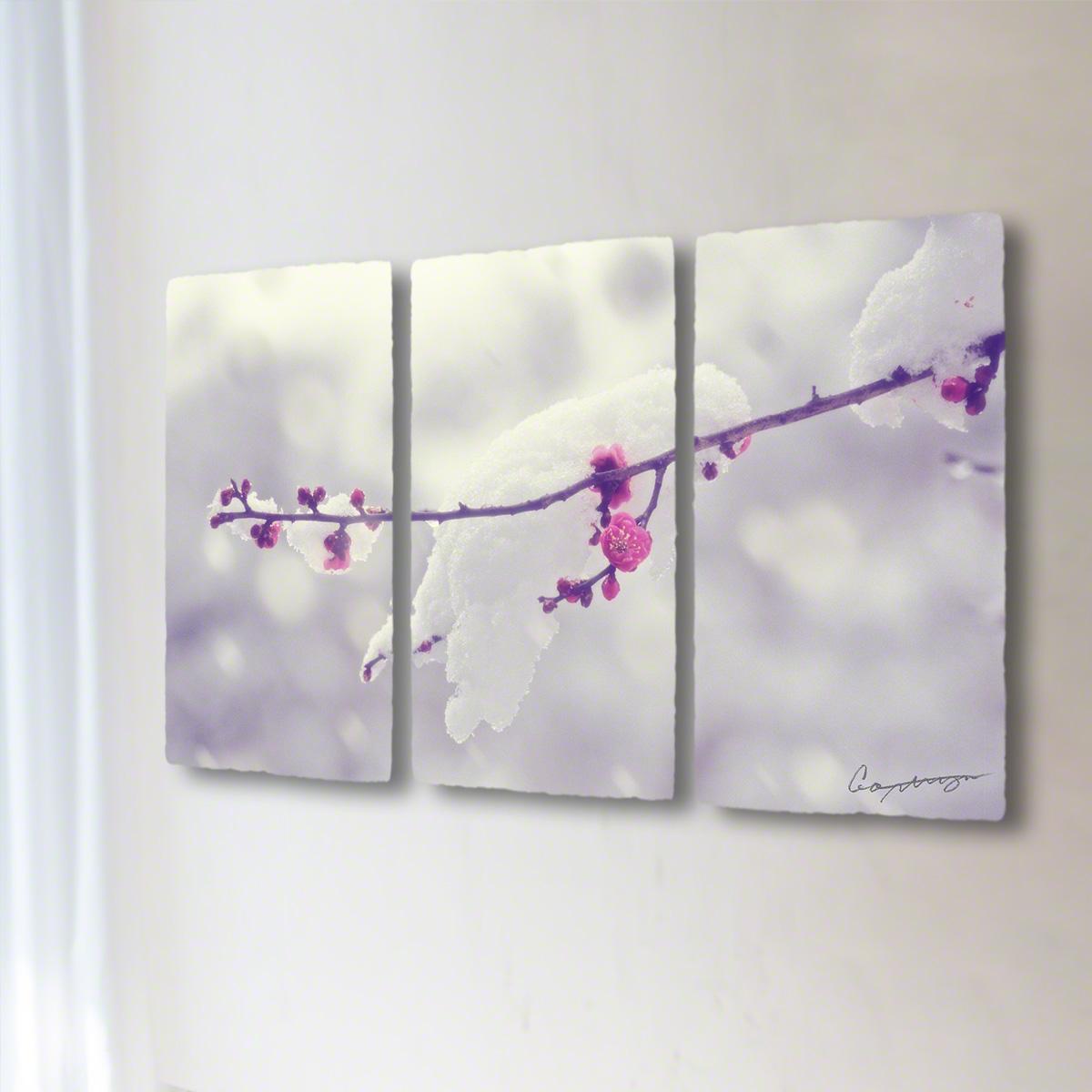 和紙 手作り アートパネル 3枚続き 「雪を乗せた一枝の紅梅」(96x54cm) 絵画 絵 ポスター 壁掛け モダン アート 和風 オリジナル インテリア 風景画 ランキング おすすめ おしゃれ 人気 キッチン リビング ダイニング 玄関 和室