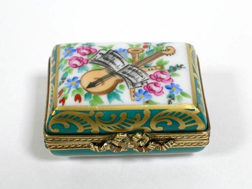 18世紀風楽譜と楽器が描かれた長方形ボックス