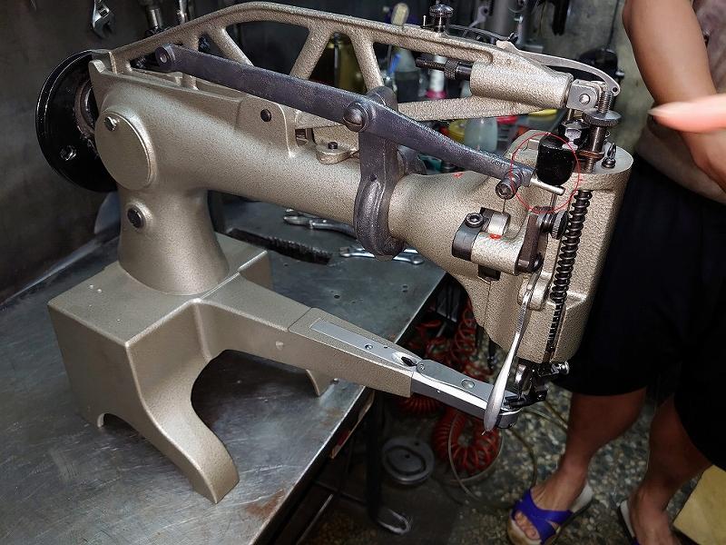 各メーカー八方ミシン押さえ上げ装置 SSM- DI-2971N型 1組 この装置を取り付けることにより、両手を縫製物に添えて縫製ができるようになりますので、片手の縫製に比べて非常に楽に、綺麗に縫製ができます。