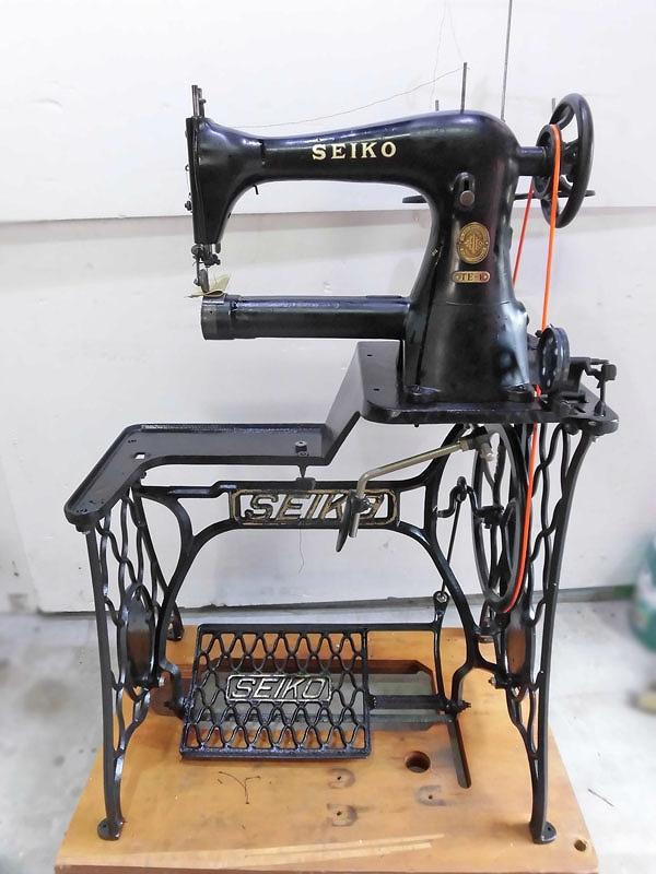 【中古】 「日本製」セイコー SEIKO 1本針本縫いローラー押さえ金付き。TE-1型  横筒形ミシン アンティークな足踏み式です。「ミシン頭部・テーブル・セイコー脚足踏み式となります。」
