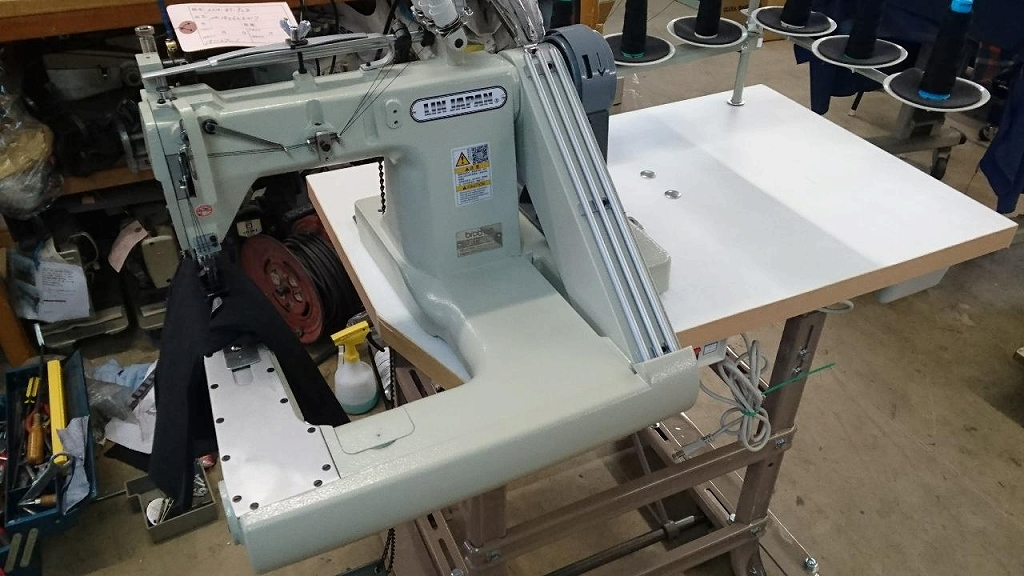 3本針腕型先引きプーラー付き厚物用ミシン SSM-BT-928型頭部のみ 3本針6本糸 チエンステッチ縫目ミシン 「テーブル・脚・サーボモーターは別お見積りとなります。」