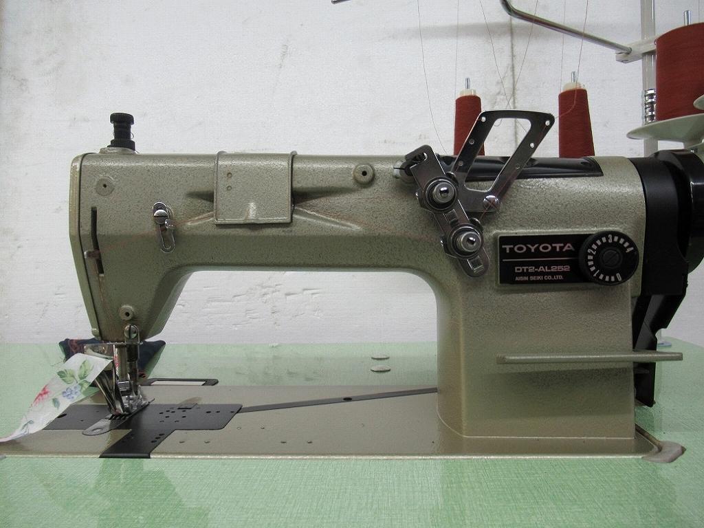 【中古】 トヨタ TOYOTA トヨタ DT2-AL252型 2本針環縫いミシン針幅6.4mm 頭部のみ ラインラッパ付き。テープ幅20mm仕上がり幅10mm「例:ポロシャツ等の衿伏せ縫製に最適です。」