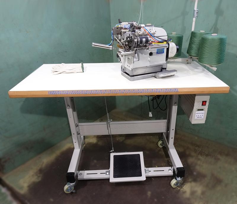 軍手自動縫いミシン UH-9304-243-M14 ダイレクトモーター仕様 100V仕様 手動スタート・自動スタート切り替え使用 ゴムは糸ゴム、アメゴムの輪の物も使用可能 ミシン頭部は、信頼できる台湾製のキンテックス 1本針3本糸自動糸切ミシンを搭載。