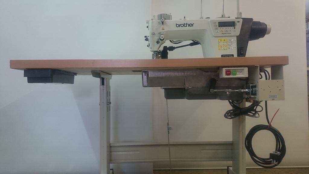 新品。ブラザーミシンモデルNO-S-7250A-403P型 1本針自動糸切ミシン、改造、先引きプーラー装置付き。 縫い始め、縫い終わり自動止縫い時もローラーが反応して、瞬間ローラーが上がります。電気式ソレノイド自動押さえ上げ機能付き。