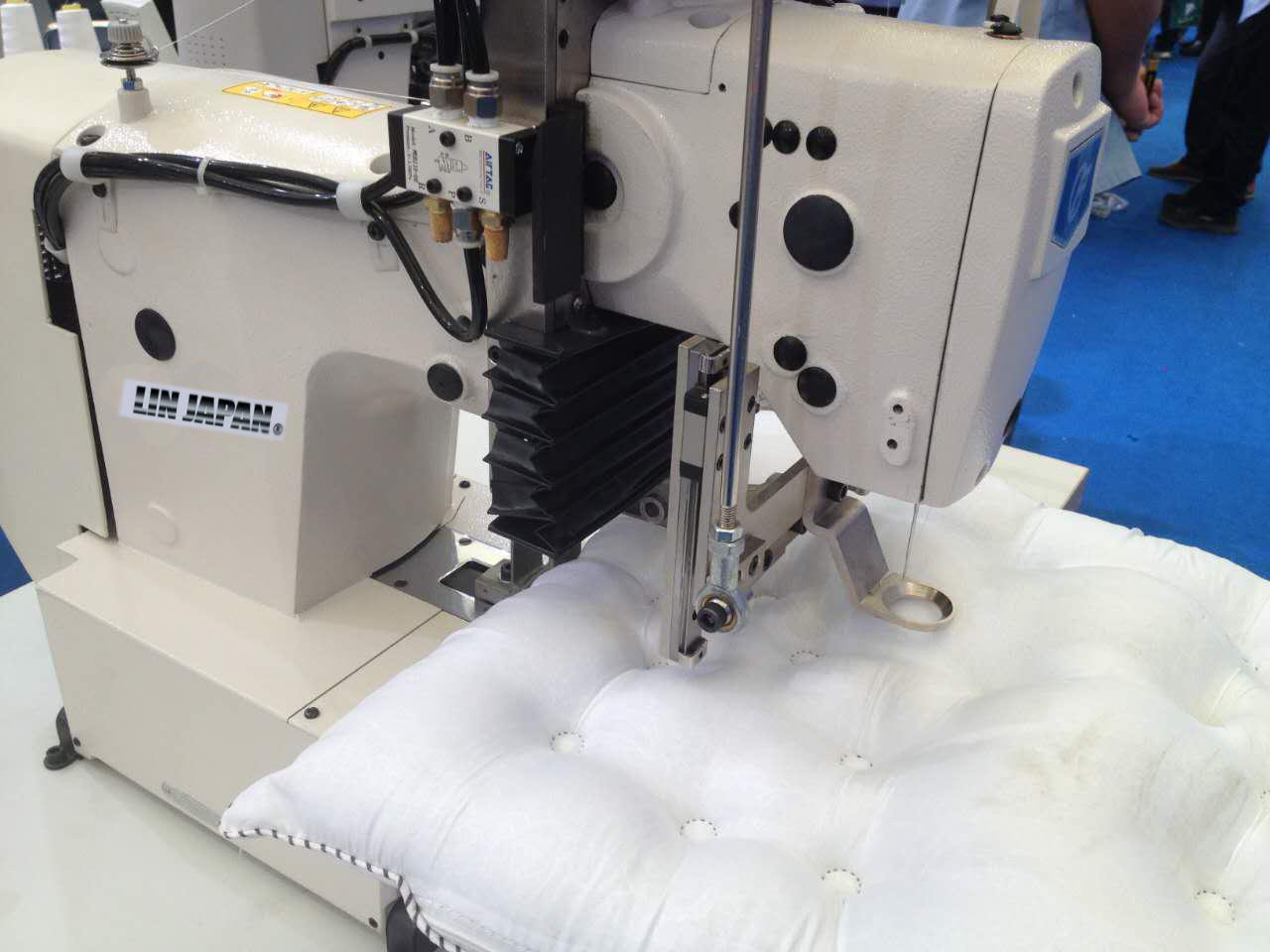 【中古】1本針本縫い電子模様縫い改造ミシン・モデルNO-SSM-1254型 厚み10cmまでの比較的柔らかい素材の縫製にお使いください。「クッション・座布団・布団等」