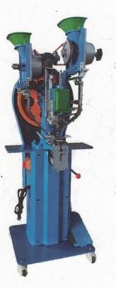 自動ボタンホック打ち機 SSM-711型 単相100V仕様 資材供給、ホックうちがペダル操作でスムーズに行えます。 表裏それぞれのボタンホックをバケツに補充しておくことで、レールを伝って資材がセットされ、ペダルを踏めば次々とホック打ちを行えます