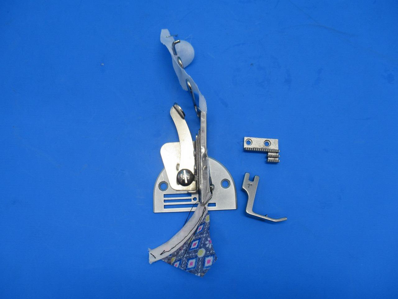 直線はもちろん インカーブ 売店 SALENEW大人気 アウトカーブのバイアステープのバインディング縫製に適した針板一体型のバインダーです 新品 工業用ミシン用 送り歯付き 専用押え金 ワイヤー付き 四つ折りバインダー 入口30mmx出口8mm