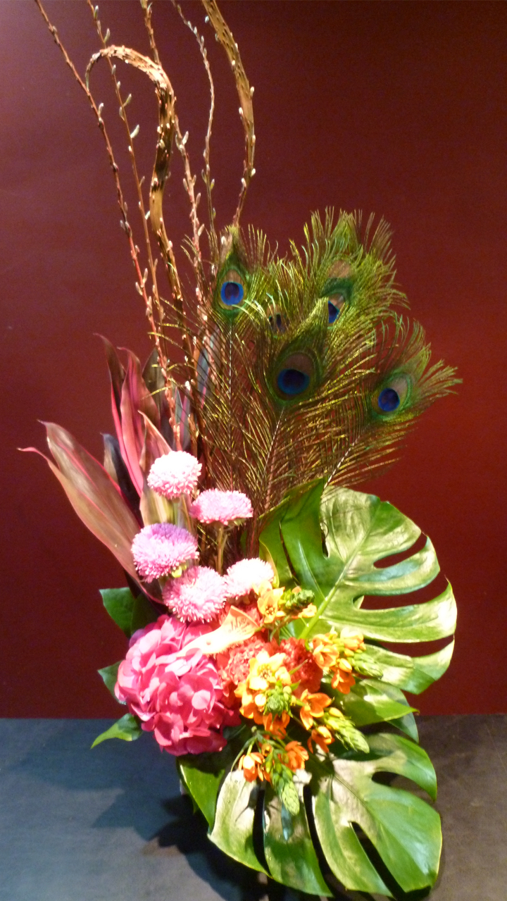 【アレンジメント】孔雀の羽 季節のお花 アジサイ オーニソガラム カーネーションアスター 石化柳 ドラセナ モンステラ