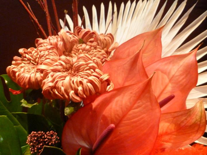 【アレンジメント】アンスリューム 菊 スキミア サンゴミズキ モンステラ ビローヤシ パンパスグラス