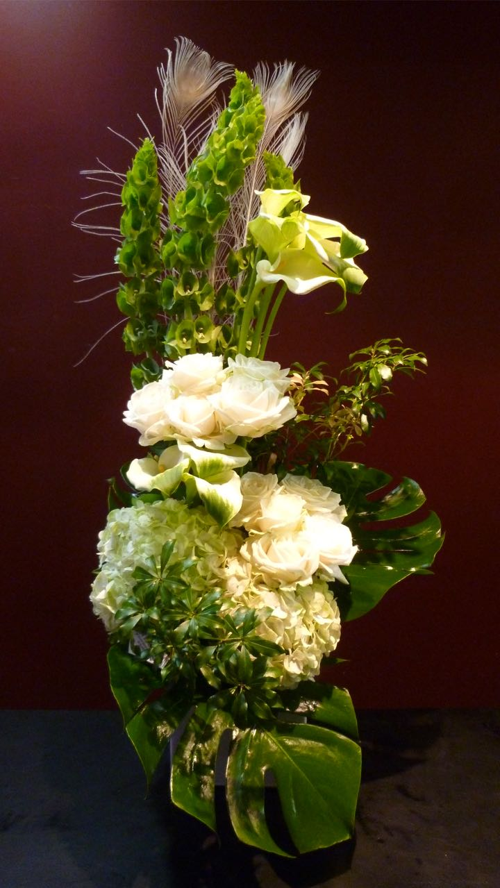 白バラ アジサイ アセビ モルセラカラー 孔雀の羽 モンステラ