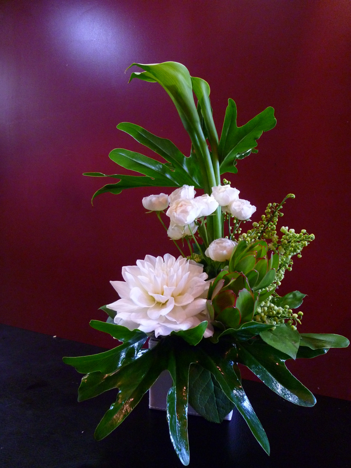 【アレンジメント】白スプレーバラ 白ダリア カラー 生花 リュウカデンドロン