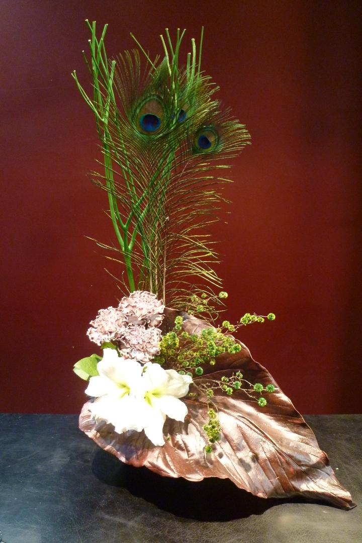 【アレンジメント】孔雀の羽 三又 染め カーネーション アマリリス チャンバーレイニアナム