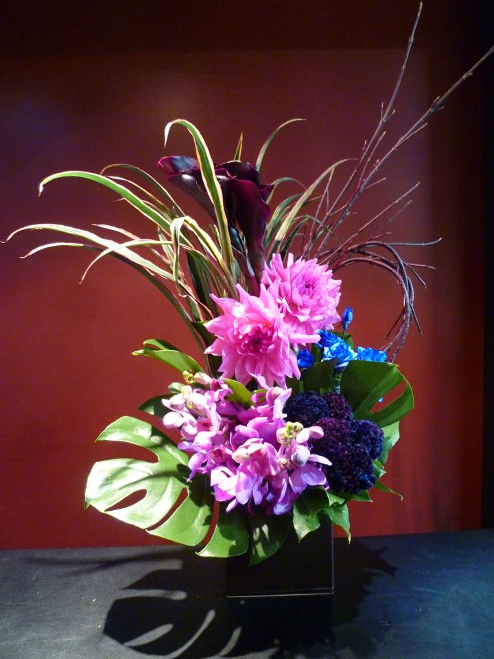 青バラ 紫カラー ダリア 染めケイトウ蘭モカラ モンステラ ドラセナ ファウンテングリーン
