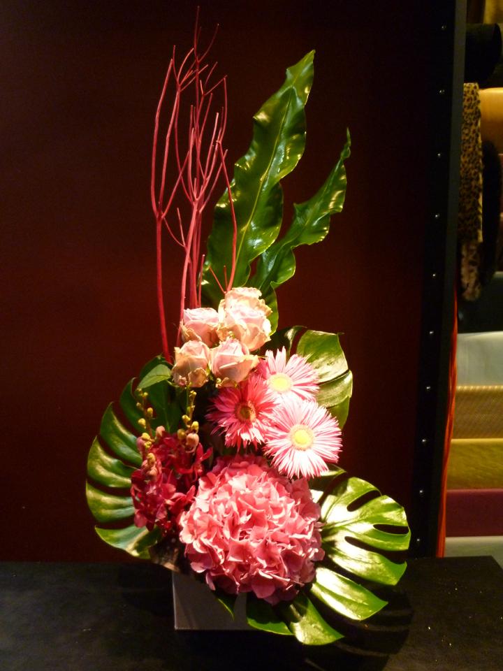 【アレンジメント】ピンクのアジサイ 紫陽花 バラ ガーベラ モカラ 蘭 三又タニワタリ モンステラ