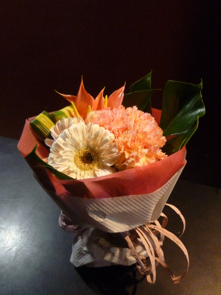 誕生日祝い 2020 新作 人気急上昇 手土産 御祝 贈り物 花束 カーネーション モンステラ 可愛い花束 アンスリューム カーベラ