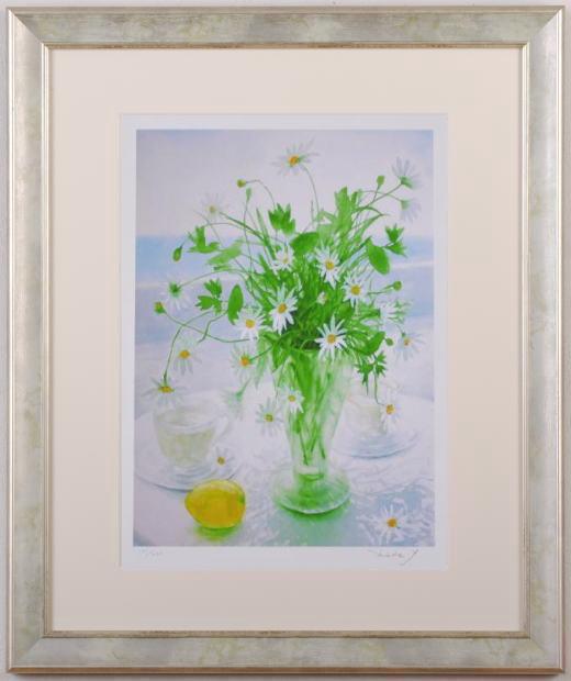 山口英明さんがジークレーの版画で制作した花の絵「アフタヌーン・ティー」は、マーガレットの白い花とレモンの黄色が、とても爽やかな花の絵のジークレーの版画です。  【作家名】山口英明【作品名】アフタヌーン・ティー